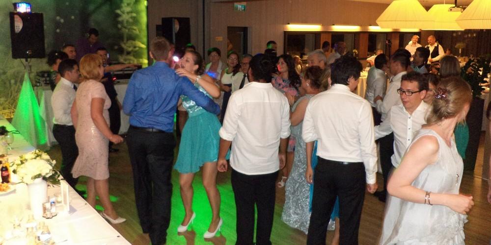 Esküvői DJ a lagzi közben
